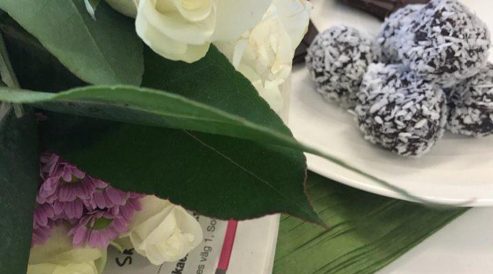 ~ Blir firad ~ Söta jobbarvänner 💙 Nu kaffe och redo för ny dag #butikperochlisa #habo #jönköping #blommor #fest #födelsedag