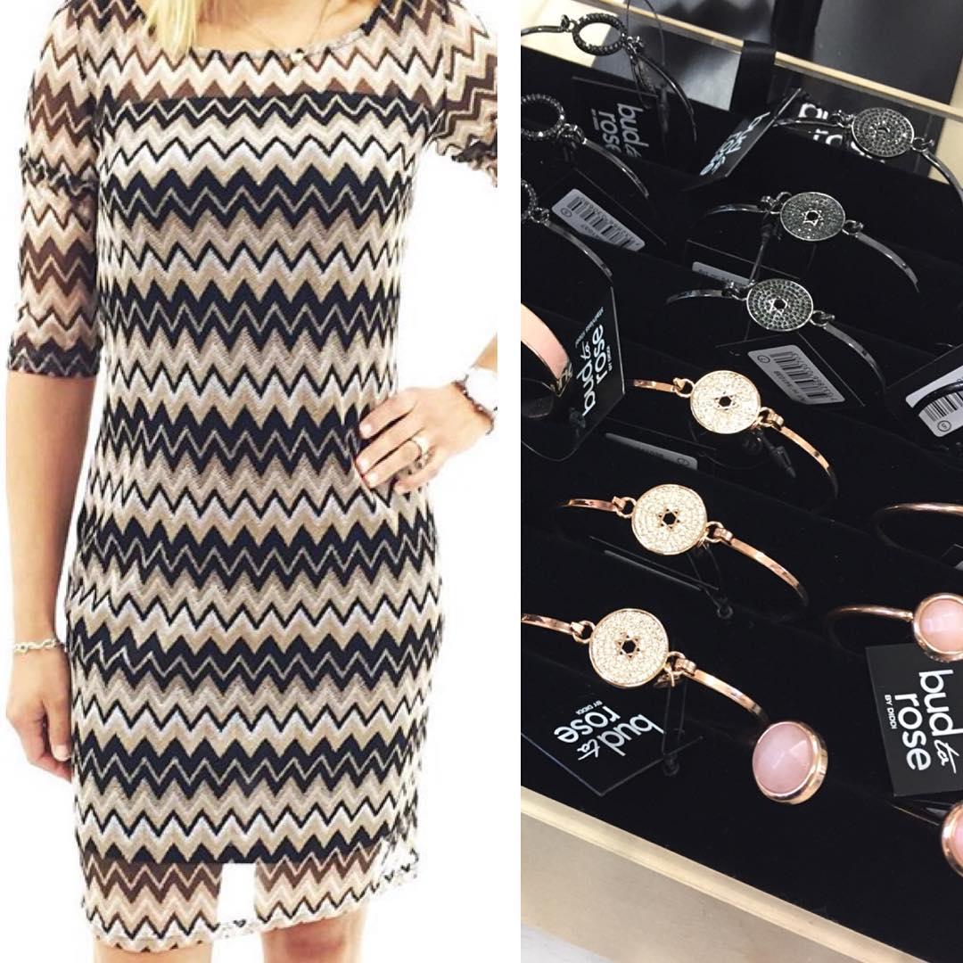 d610ed10fe05 mer nyheter •• Pernilla Wahlgren klänning med fina detaljer i ryggen 1098kr  •