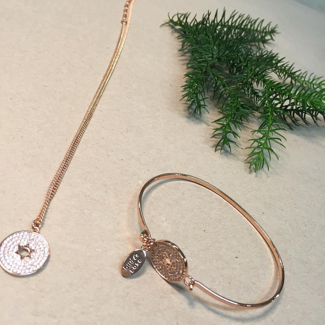 5bcccdb1f695 bud to rosé ** Halsband med stjärna 399kr armband 399kr ** välkomna ...