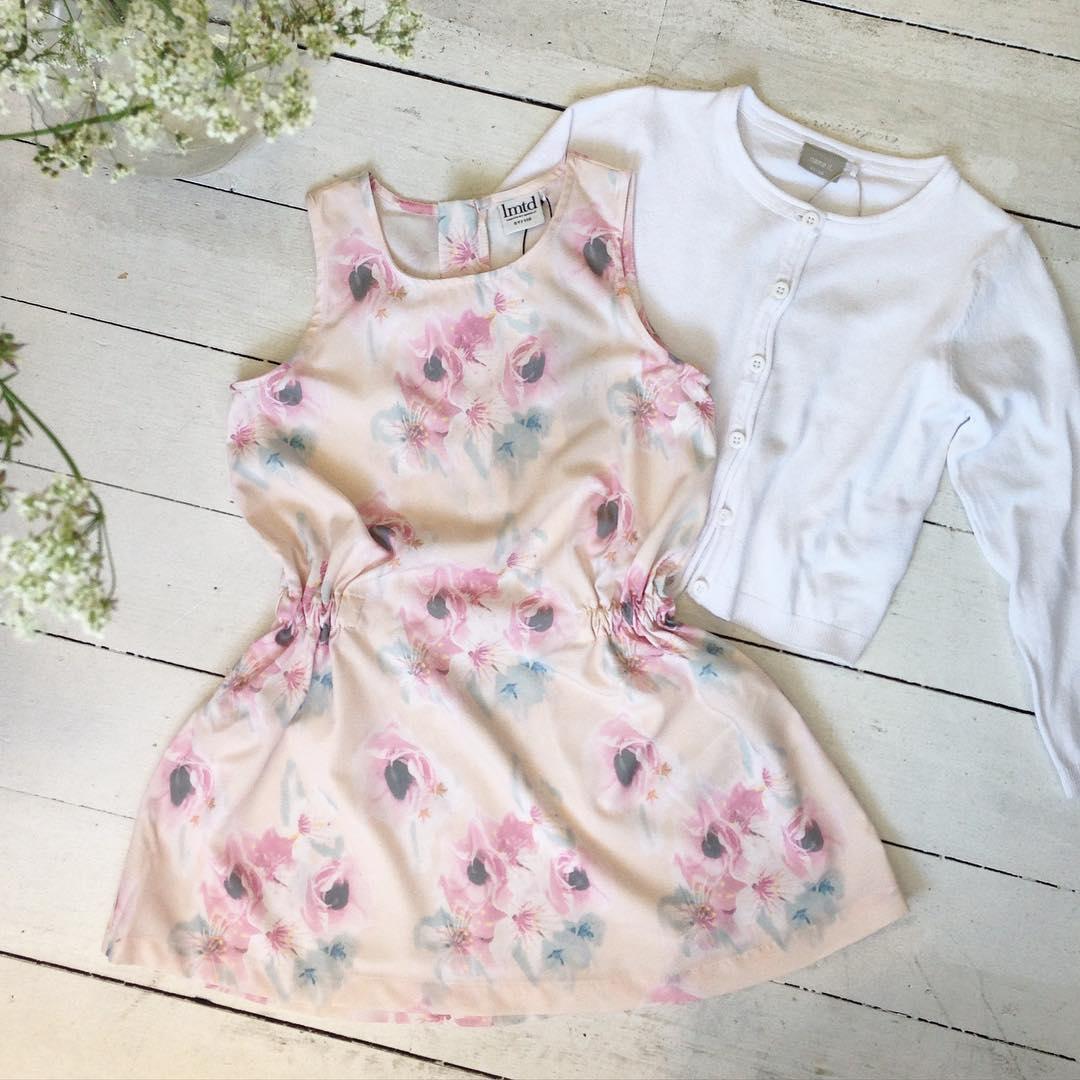 eb21b1e9f351 Skolavslutning och midsommar nalkas och vi har fina klänningar till barn i  butiken *